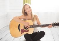 Dekle in kitara